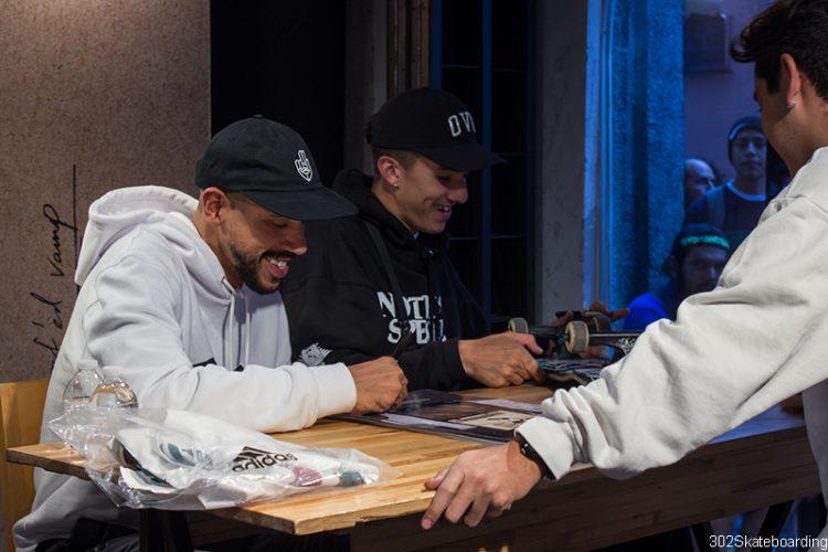 TX y Diego en la firma