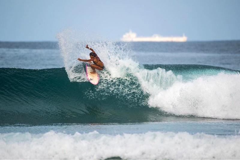 Maya Larripa surfeando